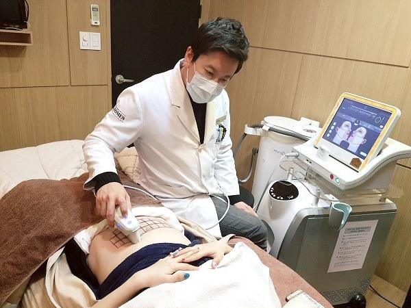 닥터홈즈의원 이혁진 원장이 울쎄라 레이저로 처진 복부를 개선하는 바디리프팅을 직접 선보였다.