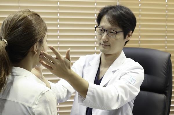 눈 성형수술은 개인의 눈 특성과 얼굴의 전체적인 조화를 고려해 수술계획을 세워야하며 수술 시 눈 주변의 구조물에도 영향을 미치지 않도록 각별히 주의해야한다.