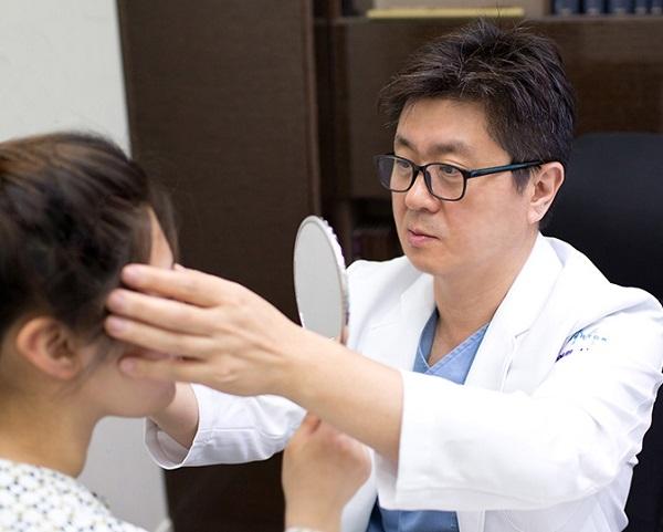 """배원배 원장은 """"중장년층은 건강에 각별히 신경써야하는 시기인 만큼 무리하기보다 자신의 얼굴형과 피부상태 등 여러 요소를 종합적으로 고려해 신중하게 치료계획을 세워야한다""""고 강조했다."""