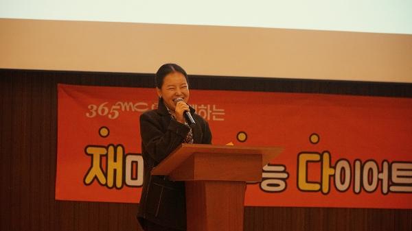 365mc 신촌점 김정은 대표원장이 재수다 특강에서 학생들에게 올바른 다이어트 방법을 전달하고 있다.