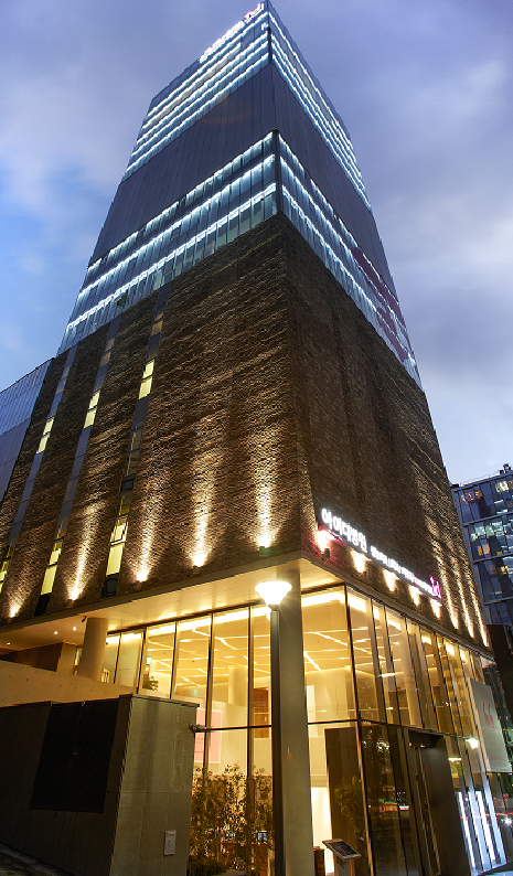 Director Park's ID Hospital at Sinsa Station, Seoul, is the first cosmetic surgery clinic that received the certificate about medical facilities from the Ministry of Health and Welfare.